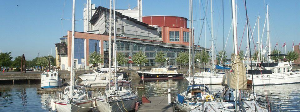 Göteborgs Operan, invigd 1994, ligger vackert vid Lilla Bommens gästhamn. Här möts kulturen och det maritima.