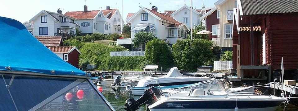 Skärgårdsidyll med sin karaktäristiska bebyggelse  strax norr om Göteborg.